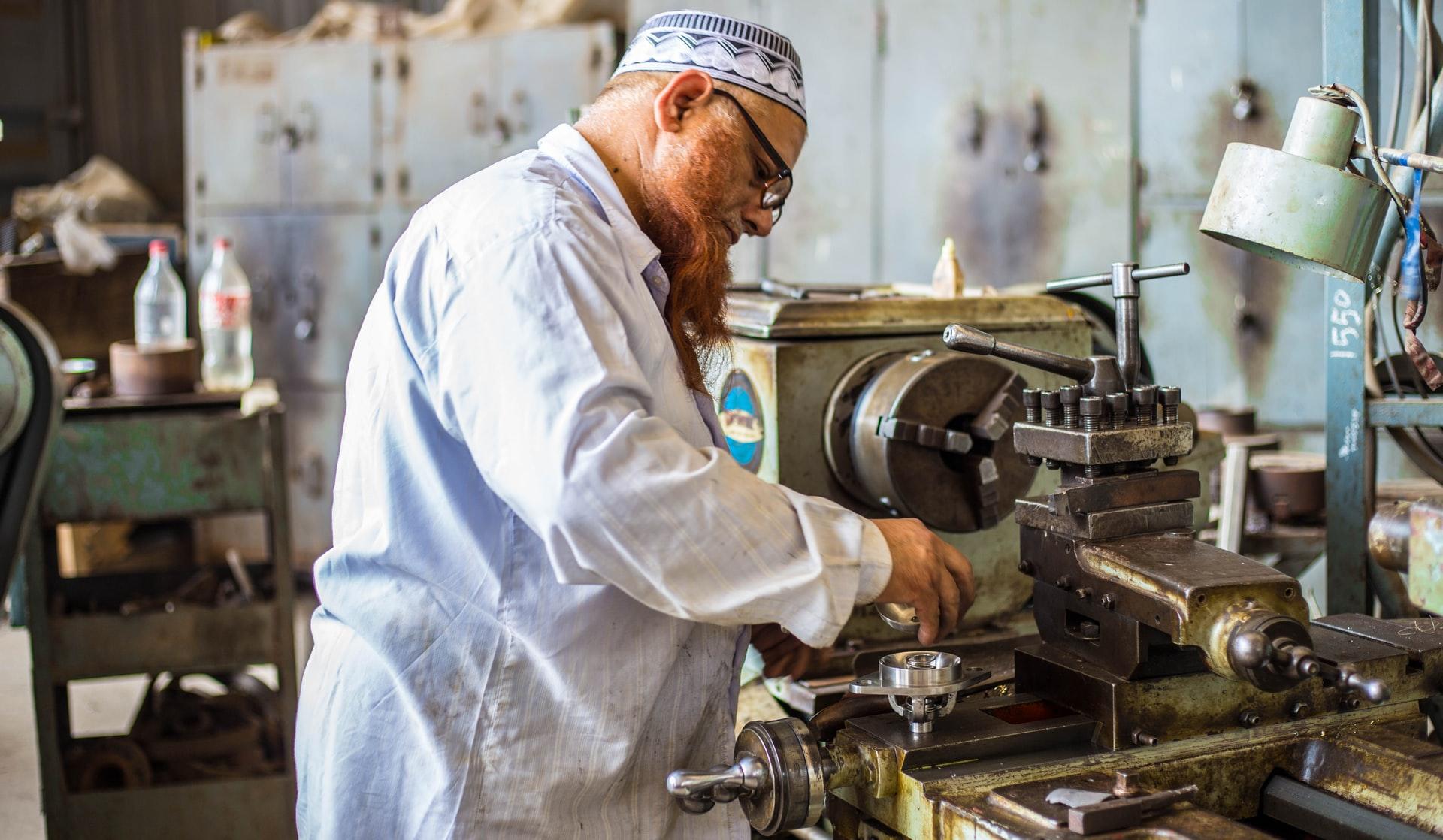 Operator maszyn CNC – czym się zajmuje i jak wygląda jego praca?