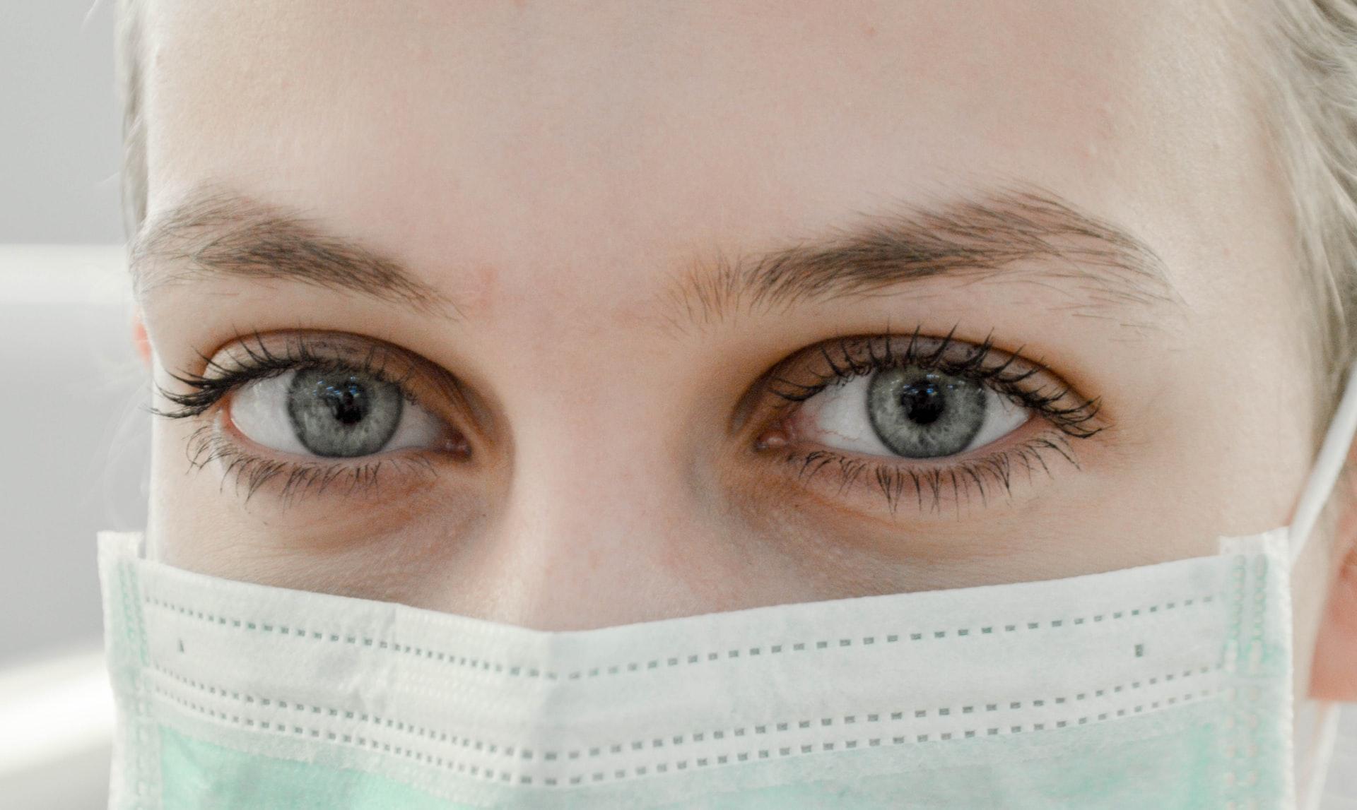 Jak zakładać maskę chirurgiczną?