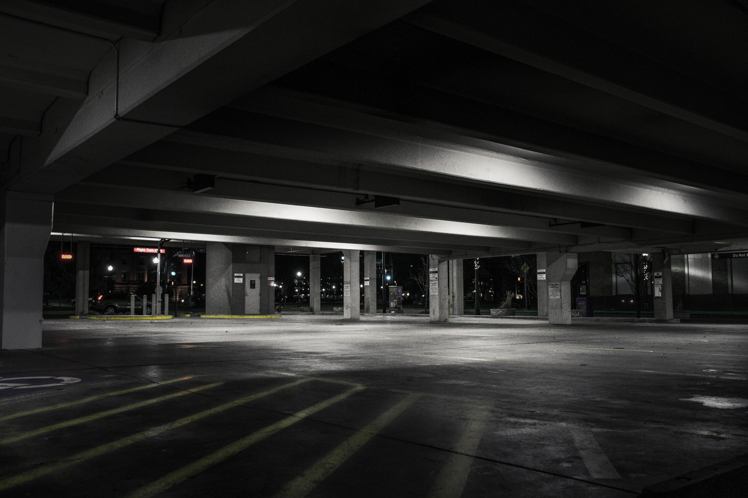 Jak znakować linie na parkingach?